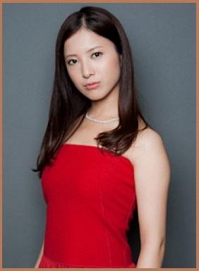 赤いドレスの吉高由里子さん